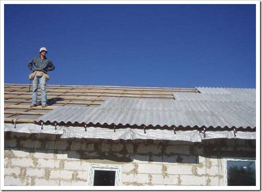 Как поднять шифер на крышу?
