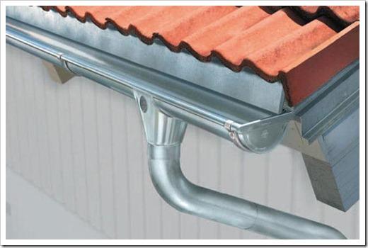 Монтаж металлических водостоков для крыши