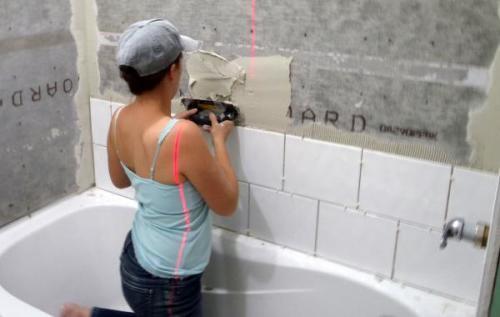 Кладем плитку в ванной