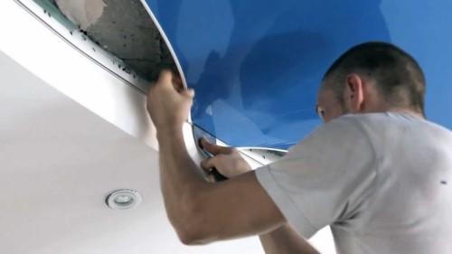 как повесить натяжной потолок