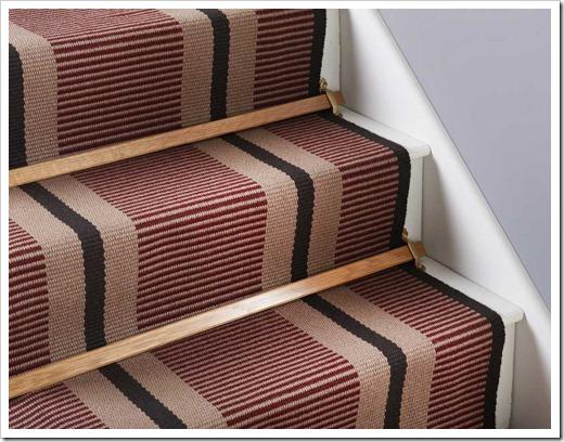 Обшивка лестницы ковролином при помощи планки и хомутов