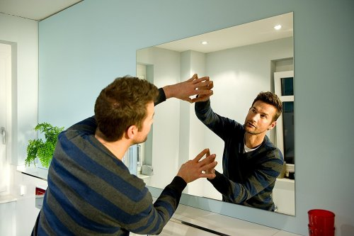 Как повесить большое зеркало на стену