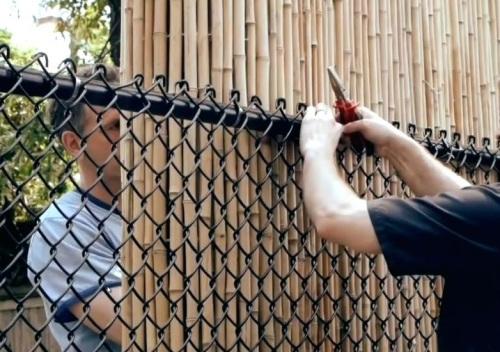 Как крепят сетку рабицу к столбам